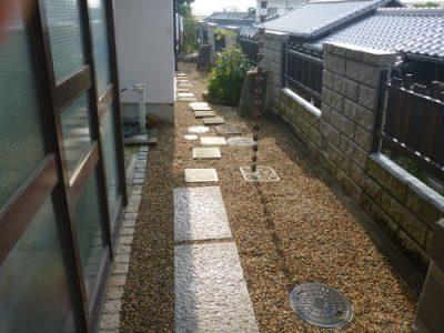 玄関横の通路に雑草が生えないようにしたい|お庭の防草工事 大阪府枚方市