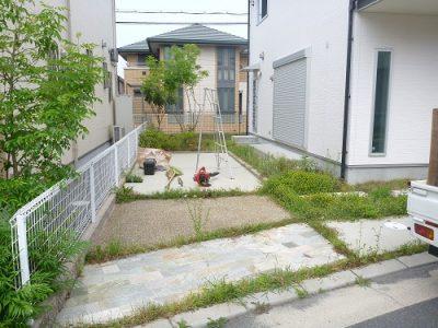 手入れ前の空き家の庭