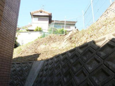 高所の傾斜地の草刈り|空き家の敷地に手入れしにくい部分がある 枚方市