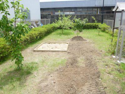 保育園の敷地に砂場を作成|植木を撤去し木の枠から組み立て 大阪府枚方市