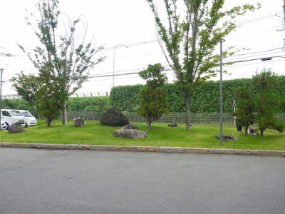 芝刈り前の庭園