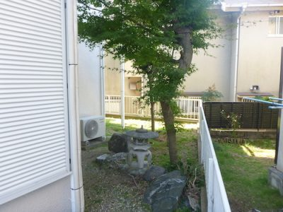 庭の草対策と木の剪定|木や石灯籠に合わせて防草シート貼り 京都府八幡市